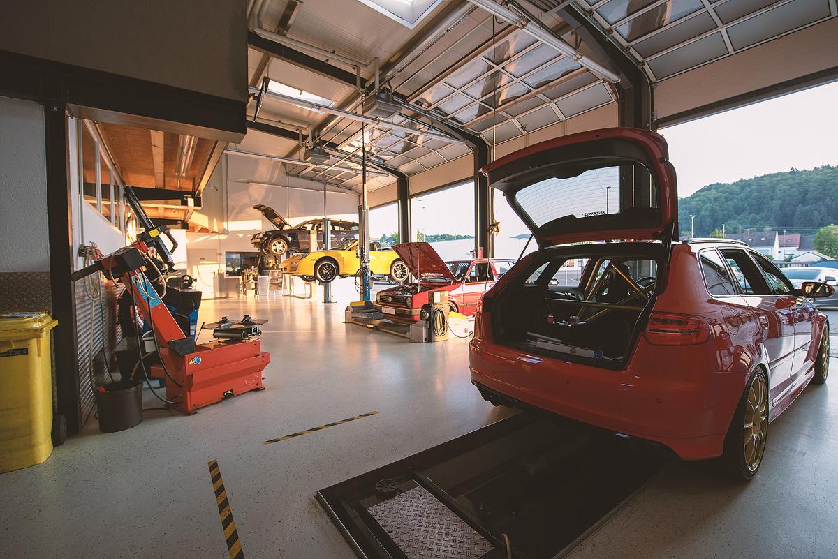 Hans Huss Autoservice Werkstatt von Innen Hinten
